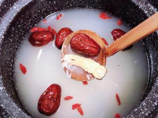 鸡蛋醪糟汤,加入水,放入红枣、枸杞子、当归。