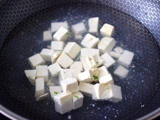 苔菜海虾粉条一锅炖,把豆腐切成小方块,锅中倒入适量的清水,把豆腐放入锅中进行焯水,(这样炖出来的豆腐口感筋道爽滑不会碎)开锅后煮1分钟捞出沥干水份备用。
