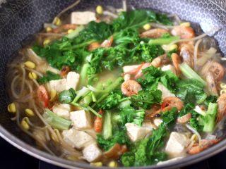 苔菜海虾粉条一锅炖,看见小苔菜断生变色的时候,立马关火后,撒上香菜段即可。