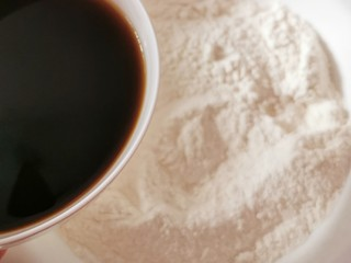 红枣红糖馒头,温热的红糖水 分次倒入面粉中  开始和面