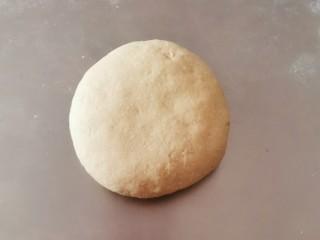 红枣红糖馒头,移至面板 排气揉光滑