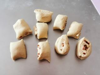 红枣红糖馒头,分成小剂子  每一个约40~50克