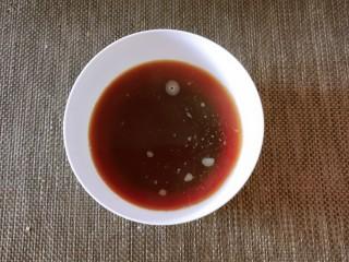 红枣红糖馒头,开水冲泡红糖  形成红糖水  凉凉至温热  约35度~40度