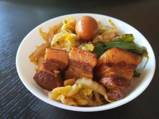 家常卤肉饭,碗中加入素菜,荤素搭配不会腻。