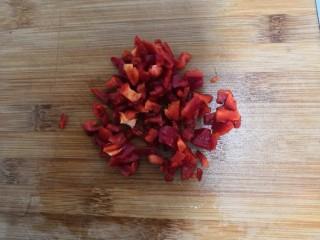 爆炒豆角,红椒,去掉里面的辣椒筋和籽,洗干净,切成丁,备用