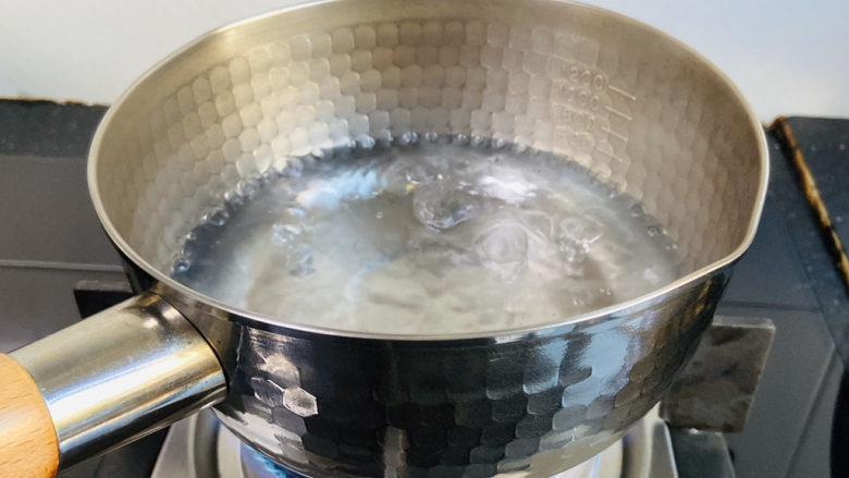 鸡蛋醪糟汤,雪平锅内加入200ml饮用水大火烧开