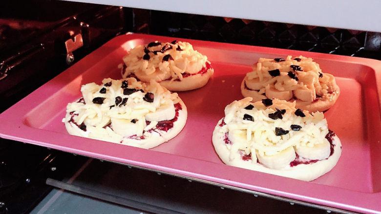 蓝莓芝士迷你披萨,将烤盘放入烤箱中,180度烤15分钟。