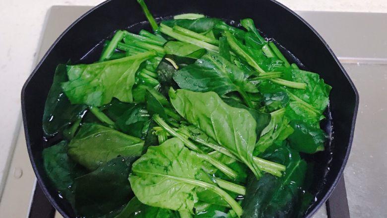 猪肝菠菜汤,先把菠菜焯水一分钟。