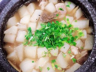 白萝卜羊肉汤,出锅前撒上香菜,关火了。
