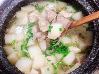 白萝卜羊肉汤,搅拌均匀,出锅吧!