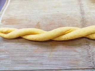 奶香南瓜麻花,長條兩頭反方向搓揉,然后擰在一起。