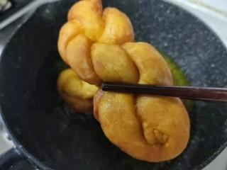奶香南瓜麻花,鍋中放油燒至六成熱,放入麻花,不停的翻動,炸至金黃即可出鍋啦!