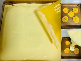 甜橙蛋糕卷,将橙子均匀的放在烤盘中间。将蛋黄糊盆高高举起倒入面糊与烤盘中,用刮板刮平表面‼️这里我们不用震盘排气泡‼️