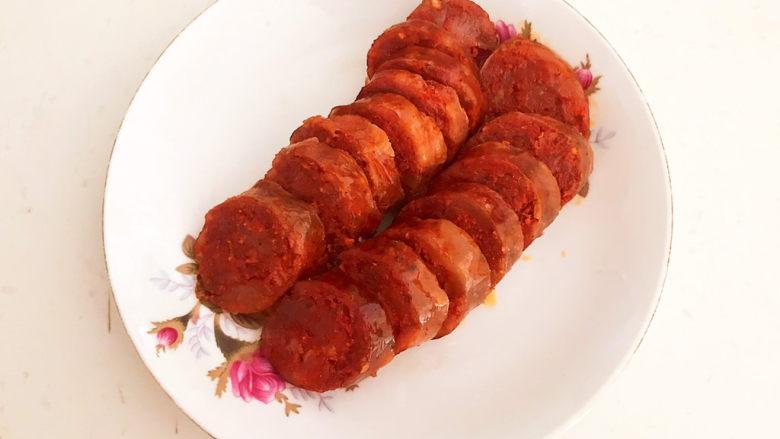 爆炒豆角,把煮好的腊肠晾凉后切成小片
