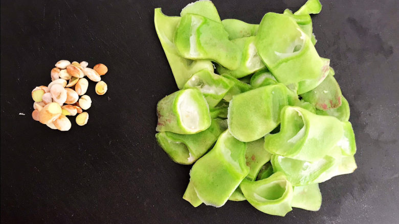 爆炒豆角,把豆角斜刀切成小片,豆角里面的豆子取出来丢掉