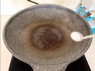 爆炒豆角,锅里冷水烧开后加入精盐