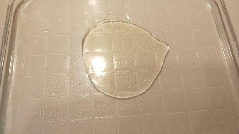 广州肠粉,蒸盘加少许油刷均匀。