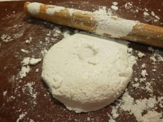 广州肠粉,用擀面杖擀成面团。