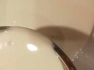 广州肠粉,倒入米糊。