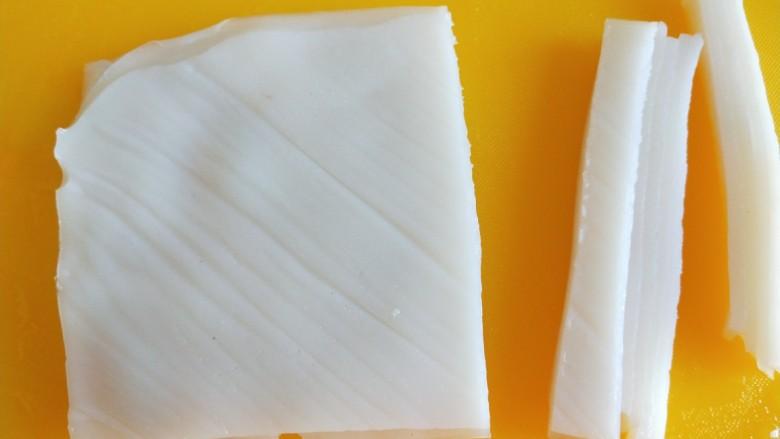 广州肠粉,在切成宽条。
