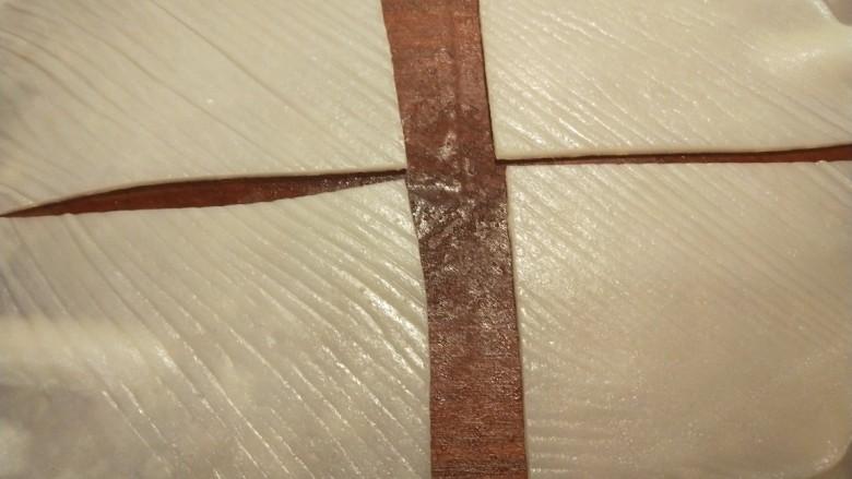广州肠粉,切成四块。