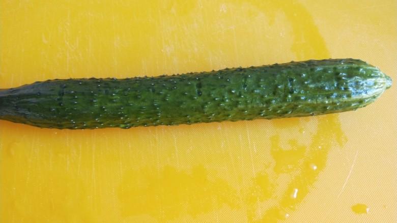 广州肠粉,黄瓜洗干净。