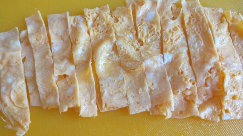广州肠粉,一样切成条。