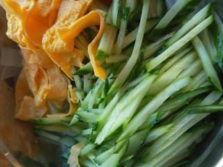 广州肠粉,鸡蛋皮放入盆中。