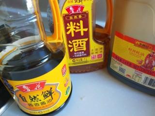 广州肠粉,料酒,耗油,酱油准备好。