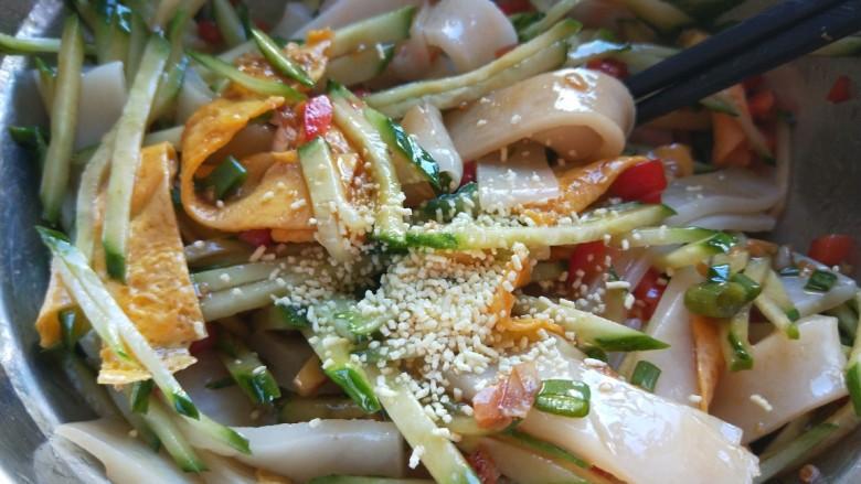广州肠粉,加入鸡精拌均匀即可。