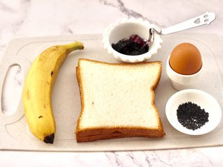 快手早餐-香蕉蓝莓吐司卷,首先备齐所有的食材。