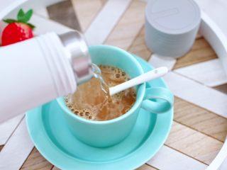 快手早餐-香蕉蓝莓吐司卷,速溶咖啡倒入杯中,用口袋电热水杯烧开水后,倒入杯中里,用勺子把咖啡搅拌均匀即可。