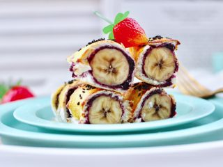 快手早餐-香蕉蓝莓吐司卷,外酥里嫩又酸酸甜甜的吐司蓝莓吐司卷出炉咯。