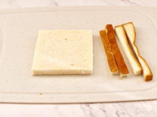 快手早餐-香蕉蓝莓吐司卷,把吐司片的边边,用刀切掉。