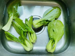 蒜蓉小白菜,将小白菜清洗干净
