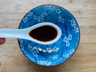 蒜蓉小白菜,取一空碗放入一勺生抽