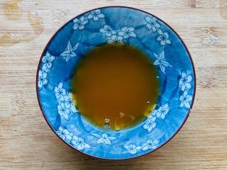 蒜蓉小白菜,加入少许清水搅拌均匀备用