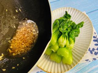 蒜蓉小白菜,再把料汁浇上小白菜