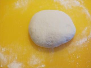 早餐五彩缤纷四喜蒸饺,在揉成光滑的面团。