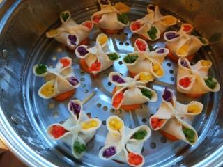 早餐五彩缤纷四喜蒸饺,胡萝卜铺底放上蒸饺。