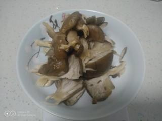 内酯豆腐炒平菇、鱼块,平菇洗净用手撕成条