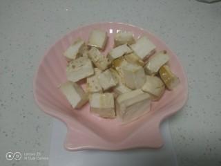 内酯豆腐炒平菇、鱼块,内脂豆腐切块,均匀撒上生抽