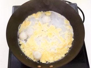 鸡蛋醪糟汤,把鸡蛋汁淋入锅里,加入醪糟
