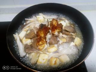 内酯豆腐炒平菇、鱼块,放入鱼块,加入少许开水