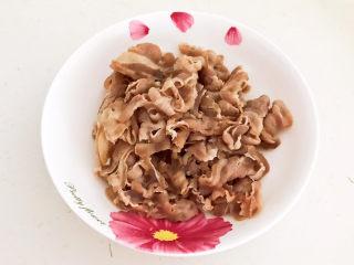 白萝卜羊肉汤,把焯好的羊肉捞出来