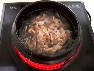 白萝卜羊肉汤,加入羊肉片