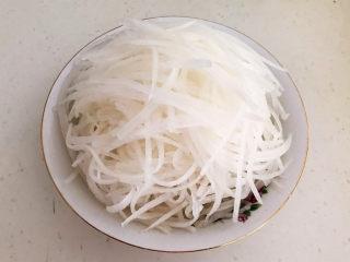 白萝卜羊肉汤,把白萝卜削皮后切成丝