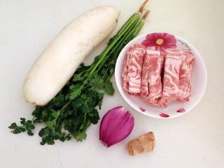 白萝卜羊肉汤,准备食材:白萝卜,新西兰羔羊肉片,香菜,紫皮圆葱,鲜姜