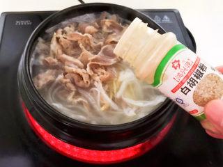 白萝卜羊肉汤,加入白胡椒粉调味