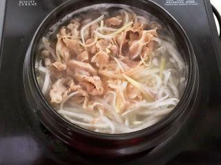 白萝卜羊肉汤,烧开后煮5分钟